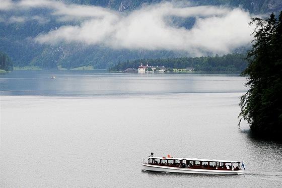 Jezero Konigsee m� atmosf�ru i za ponur�ch dn�.