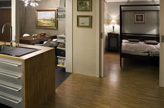 Obytný prostor bytu nemá žádné chodby, do jednotlivých místností se vchází