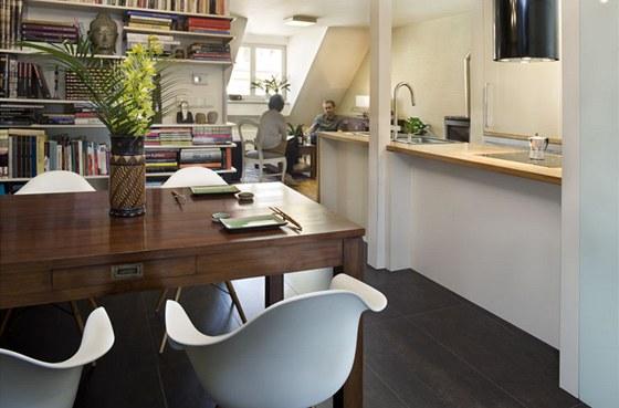 Kuchyně je s jídelnou propojená servírovacím pracovním ostrůvkem.