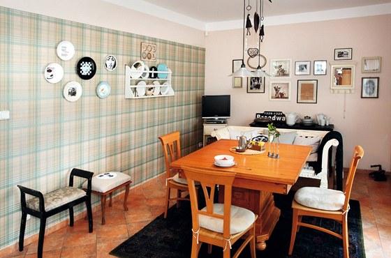 Kuchyni rozsv�tila tapeta, �opr�en� taburetky z p�dy a persk� koberec za p�r
