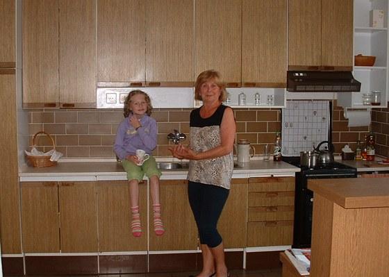 S vnučkou se babička nemusí o svou kuchyni tolik bát jako v případě vnuků.