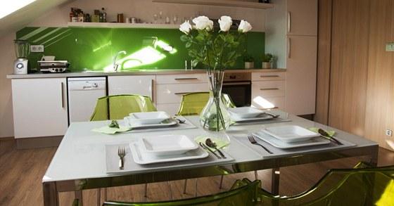 Dominantou kuchyn� je j�deln� st�l v kombinaci ml��n�ho kalen�ho skla a