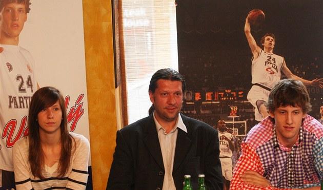 V�ICHNI JSOU VESELÍ. Jan Veselý mlad�í p�ed tiskovou konferencí v Ostrav�.