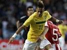 DRIBLÉR V AKCI.  Brazilce Neymara (vlevo) brání Antolin Alcaraz z Paraguaye.