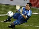 Justo Villar chytá penaltu Thiaga Silvy.