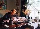 Prezident Václav Havel sedí v pracovně v chalupě na Hrádečku. (1. října 2000)