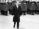 Václav Havel prochází nádvořím Pražského hradu při vojenské přehlídce. (29.