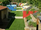 Zahrada je v podstatě zahloubená v terénu a rozdělená betonovými panely do