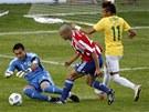 MÁM! Paraguayský brankář Justo Villar vyběhl z brány, aby Brazilcům překazil