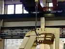 Více než dvoutunová ocelová kabina je k hliníkové skříni přišroubována s více