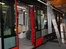 Dokončovací práce probíhají současně uvnitř i na střeše tramvaje Škoda 15T For...