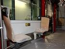 Montáž interiéru tramvaje. Zavěšení sedadel umožňuje strojní (levnější) čistění...