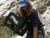 Součástí programu u Hanychovské jeskyně bylo i skládání věže z přepravek od piva. (9. července 2011)