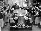 Konrada Henleina vítají obyvatelé Aše (2. října 1938).