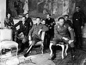 Nacisté čekají na Pražském hradě na přijetí u Hitlera. V popředí druhý zprava
