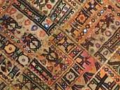 Místo koberečku v obýváku je použitý originální patchwork z Indie.