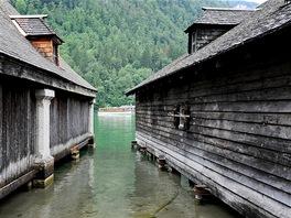 Typické dřevěné domky na čluny v Konigsee