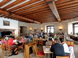 Tam, kde kdysi sedával u krbu Hitler, je dnes restaurace.
