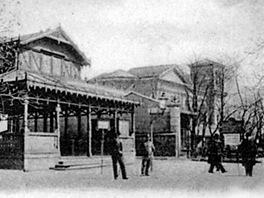Nekvalitní, hodně zvětšený výřez z dobové pohlednice ukazuje také budovu