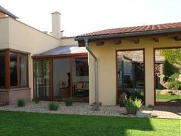 Z terasy i zimní zahrady se dá vyběhnout přímo na vzorně střižený trávník.