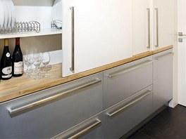 Zadní pracovní plocha a úložný prostor kuchyně je skrytý za posuvnými dveřmi,
