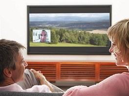 """K novinkám se řadí kukátko, jehož """"záběr"""" se objeví na monitoru televize."""