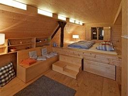 Dřevo doplnil textil z přírodních materiálů.