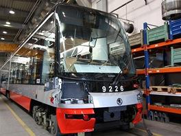 Dokončovací práce v zadní části tramvaje