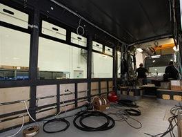 Instalace kabeláže v hrubé stavbě vozidla