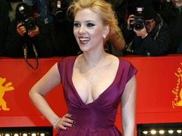Ve stylu Scarlett Johanssonové: podpatky a rudá rtěnka nesmí ...
