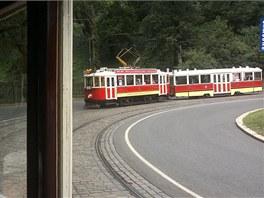 Vůz 2210 s vlečňákem sjíždí Chotkovou ulicí k zastávce Malostranská.