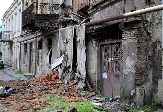 Ve starém Tbilisi padají domy na hlavu. Někdy doslova.