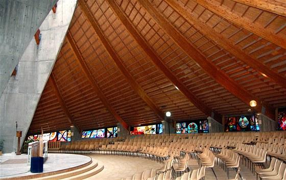 Pohled do chrámu Matky Boží  Sněžné v Alpe d´Huez, na konstrukci střechy a na