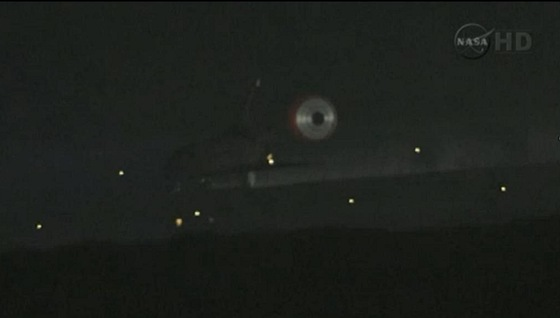 Raketoplán Atlantis brzdí po dosednutí při posledním přistání  21.7.2011