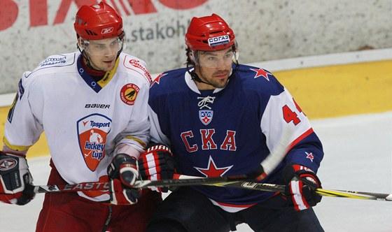SOUBOJ. Mnohými fanoušky nenáviděný Jevgenij Arťuchin (vpravo) si zahrál v
