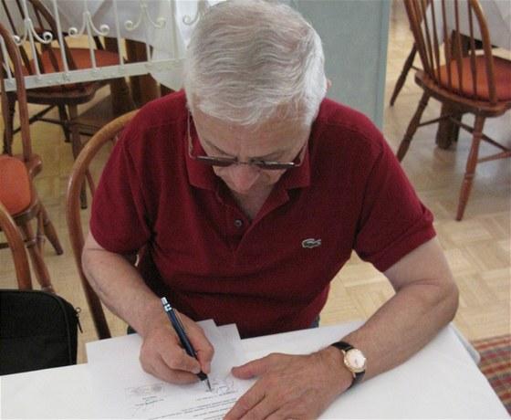 Josef Mašín podepisuje darovací smlouvu