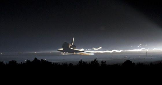 Dokladem teatrality posledního přistání Atlantis je snímek pořízený na prahu