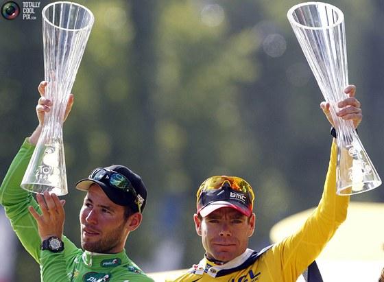 Vítěz letošní Tour de France (vpravo) Cadel Evans třímá trofej od českých