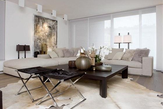 Podlahu v obývacím pokoji z šedého čpavkovaného dubu zdobí hovězí kůže. Sedací