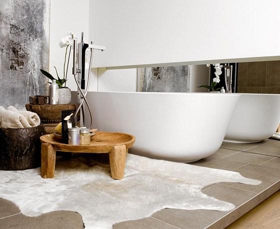 I koupelnu dekorují kožešina v krémově smetanovém odstínu a staré dlabané mísy.