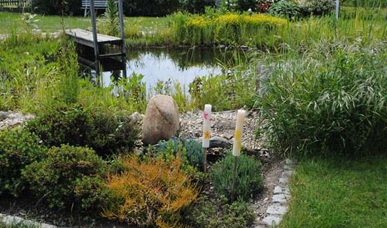 Voda je přirozenou součástí každé přírodní zahrady.  V popředí záhon s
