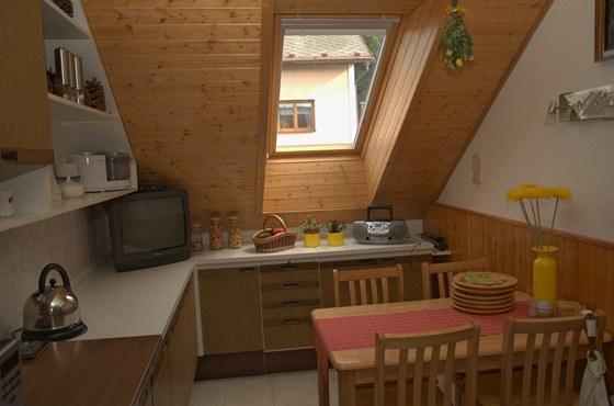 I kuchyni v podkroví se podařilo zařídit typovými skříňkami.