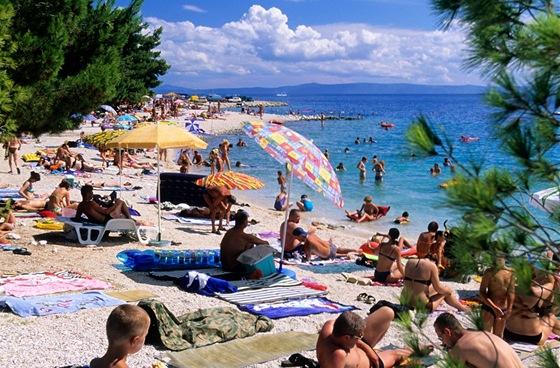 Chorvatsko, Brela. Vyhlášená pláž Punta Rata, jak vypadá ve skutečnosti.