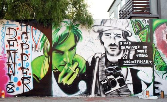 Graffiti pro Dennise Hoppera.  Na zdech podél ulice Pacific Avenue ve Venice v