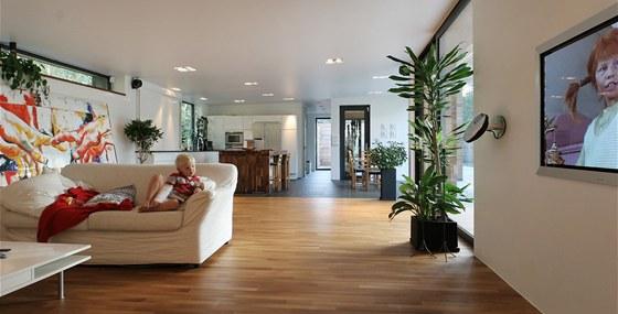 Interiéru vládne struktura dřeva, přírodní materiály a bílá barva.