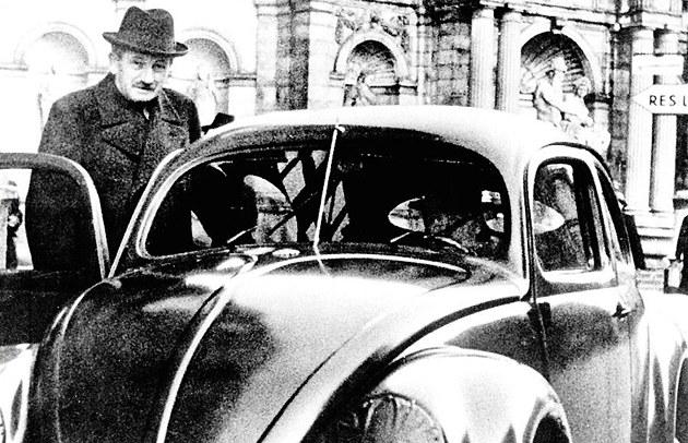 Ferdinand Porsche se svým zku�ebním, nejúsp�n�j�ím vozem Volkswagen Brouk