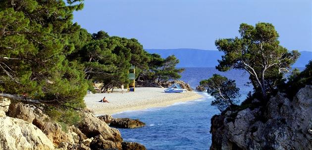Chorvatsko, Brela. Vyhlášená pláž Punta Rata, jak vypadá v katalogu cestovek.