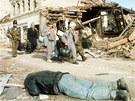 Srbští vojáci a civilisté prochází rozstříleným Vukovarem. Archivní snímek z  listopadu 1991.