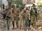 Srbsk� milice deportuj� chorvatsk�ho obyvatele Vukovaru. Archivn� sn�mek z  listopadu 1991.