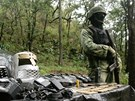 Mexický voják stojí u munice a vysílaček, které členové armádního komanda